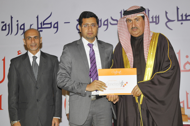 Labor Ministry undersecretary honored Top-Level's CEO in the graduation of a batch of Oracle program